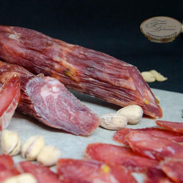 сировялена ковбаса з фісташками