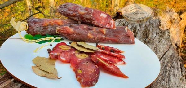 Ковбаса з оливками та фісташками